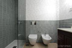 Baño estilo moderno color gris, gris diseñado por Aurora Gómez- Renova Design Arquitectura - Arquitecto