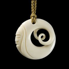 Interwoven Moon Face Disc Pendant by Kerry Kapua Thompson, Māori artist Bone Jewelry, Shell Jewelry, Jewelry Art, Wooden Jewelry, Handmade Jewelry, Bone Crafts, Wood Carving Designs, Moon Face, Maori Art