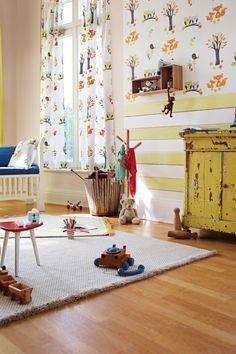 Inspiration fürs Kinderzimmer:  Tapete und Vorhang mit Eulen und Füchsen von ESPRIT und eine alte Kommode in Gelb
