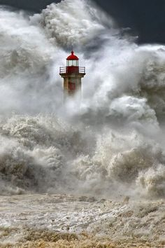Foto: *Stormy Seas - Lighthouse Porto, Portugal...
