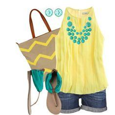 Blusa amarilla, short de mezclilla, sandalias verdes