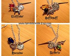 Harry Potter inspired Hogwarts Houses Charm Necklace - Gryffindor, Hufflepuff, Ravenclaw, Slytherin on Etsy, Colar Do Harry Potter, Collier Harry Potter, Bijoux Harry Potter, Cadeau Harry Potter, Objet Harry Potter, Mode Harry Potter, Estilo Harry Potter, Deco Harry Potter, Harry Potter Accessories