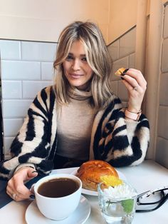 A Comprehensive Overview on Home Decoration in 2020 Caroline Receveur Hair, Hair Inspo, Hair Inspiration, Medium Hair Styles, Short Hair Styles, Short Hair Updo, Shoulder Length Hair, Great Hair, Hair Day