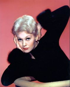 Kim Novak photos, including production stills, premiere photos and other event photos, publicity photos, behind-the-scenes, and more. Old Hollywood Glamour, Golden Age Of Hollywood, Vintage Hollywood, Hollywood Stars, Classic Hollywood, Hollywood Actresses, Actors & Actresses, Marilyn Monroe, Divas