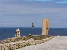 Muxía #Costadamorte Vista das Torres do Santuario da Virxe da Barca e do Monumento A Ferida en honra ós voluntarios que limparon as nosas costas do chapapote da catástrofe do petroleiro Prestige