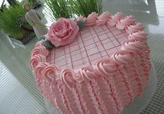 Tämä kakku tarjoiltiin meillä kyläileville pääsiäisvieraille, ja vaikka koko on jälleen kerran tyylilleni uskollinen eli  ISO, niin pikku pa...