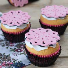 Deze lace cupcakes zijn perfect voor elke gelegenheid! Het prachtige patroon in het fondant maak je met behulp van diverse uitstekers en spuitmondjes.