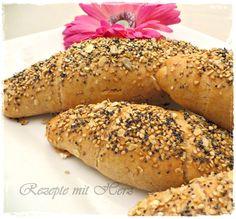Diese Brotstangen sind schnell gemacht. Sie lassen sich prima belegen und je nach Vorlieben mit Saaten toppen. Sehen sie nicht gut aus ? Ihr benötigt: ♡ 240 g Wasser ♡ 1/2 Würfel frische Hefe ♡ 1 T…