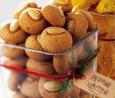 Recept på småkakor perfekta att servera till jul. Pepparnötter gör du av bland annat sötmandel, smör, sirap, ägg, kanel, ingefära och kryddnejlika. Kakorna blir söta och mumsiga.
