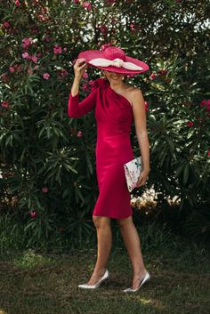 Look invitada: fresa mi nuevo color Invitadas - Confesiones de una Boda Chic Fashionista, Love Hat, Hats For Women, Ladies Hats, Fascinator Hats, Lovely Dresses, Dress Codes, Dress Skirt, Fashion Accessories
