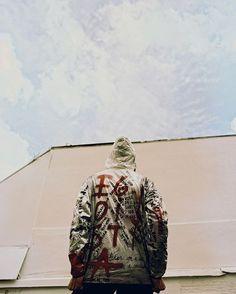 Novidade quente para começar essa sexta-feira: a @soubasico está abrindo mais um ponto físico de vendas. A loja fica na Vila Madalena em São Paulo na Rua Aspicuelta 216. Para celebrar a abertura a marca convidou alguns artistas para customizar a nova jaqueta de Tyvek. Rita Wainer Luna Buschinelli e Sophia Vieisi estão entre as colaboradoras. Corra para garantir a sua!  via ELLE BRASIL MAGAZINE OFFICIAL INSTAGRAM - Fashion Campaigns  Haute Couture  Advertising  Editorial Photography  Magazine…