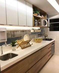 Adoramos essa cozinha com armário em madeira, bancada de nanoglass e com diferentes texturas e revestimentos Projeto by @larissacatossiarquitetura