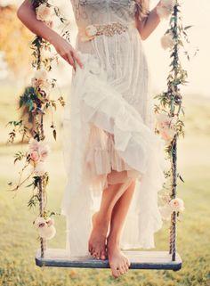 Altalena rustica e catena di fiori per un dettaglio boho chic #bohowedding #matrimoniolowcost Rustic Rope and Flower Swing on Tree