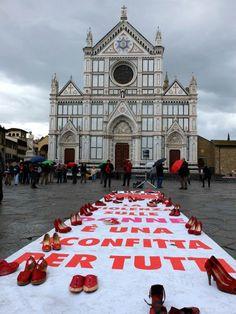 Scarpe rosse in piazza Santa Croce, un drappo, sempre rosso ,sul balcone di Palazzo Vecchio in piazza della Signoria,  uno striscione al Rettorato in piazza San Marco e una sedia vuota in  Consiglio Regionale. Così Firenze partecipa alla giornata  internazionale per l'eliminazione della