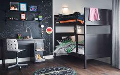 Teinin huone, jossa mustat parvisänky, työpöytä ja seinähyllyt ja valkoinen työtuoli.