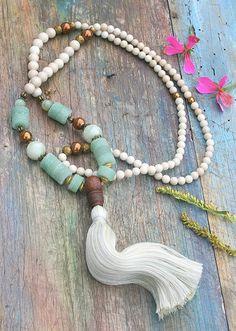 Mala ketting gemaakt van 6 en 8 mm prachtig jaspis half edelstenen. Samen tellen ze als 108 kralen. De mala is versierd met jade, hematiet, bodhi