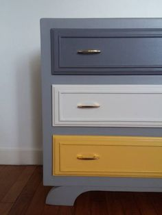 Small vintage dresser completely discounted to the tastes of the day. Refurbished Furniture, Paint Furniture, Upcycled Furniture, Furniture Making, Furniture Makeover, Home Furniture, Retro Sideboard, Painted Drawers, Vintage Dressers