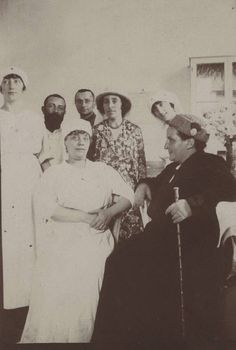 Gertrude Stein and Alice B. Toklas with WWI nurses, 1917