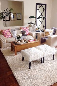 Small apartment decorating ideas that will make your apartment looks better We need good Small apartment decoration ideas. Cute Living Room, Living Room Decor On A Budget, Living Room Pillows, Living Room Furniture, Small Apartment Living, Small Living Rooms, Small Apartments, Living Room Designs, Small Spaces