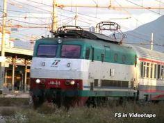 Una E.464 parte dalla stazione di Torre Annunziata Centrale alla volta di Napoli Centrale con il suo treno regionale.