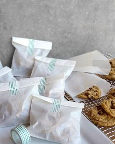 packaging ideas: Individual servings of chocolate chip cookies packaged in glassine bags and enclosed with decorative tape. Brownie Packaging, Cupcake Packaging, Baking Packaging, Bread Packaging, Dessert Packaging, Food Packaging Design, Paper Packaging, Gift Packaging, Packaging Ideas