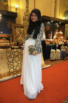 Like a princess in her tulle skirt, Raja Nadia Sabrina goes for sparring prints on her shirt and clutch. Modest Fashion, Hijab Fashion, Love Fashion, Womens Fashion, Modern Hijab, Islamic Fashion, Hijab Outfit, Muslim Women, Festival Fashion
