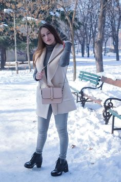 Pink and gray: simple outfit formulas for lazy days. Wearing a Stradivarius blush faux fur vest, Mango jeans and turtleneck, Carpisa bag, and Bershka ankle boots.