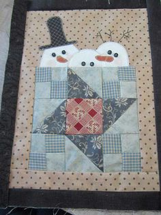 mug rug idea - could make it look like a coffee mug, and the snowmen would look like they were warming up (or could resemble marshmallows bobbing in hot cocoa): Star Quilts, Mini Quilts, Quilt Blocks, Mug Rug Patterns, Quilt Patterns, Quilting Projects, Quilting Designs, Diy Quilt, Snowman Quilt