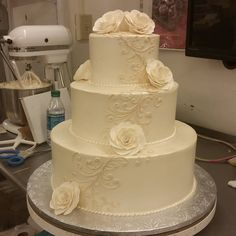 """I personally LOVE the look of simple buttercream on a pearl sprayed wedding cake ♡ #soclassy #weddingcakewednesday #weddingcake #ivory #pearl"""