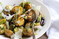 Warm grilled potato salad with olives and parmesan - want to try this year for christmas! Potato Salad Recipe Easy, Potato Salad With Egg, Potato Recipes, Potato Salad Dressing, Potato Salad Mustard, Healthy Food List, Healthy Recipes, Tilapia, Sushi