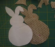 Tutorial : Coniglietti di Pasqua in pannolenci. | crocettando Decorative Plates, Bunny, Pillows, Alzheimer, Tutorial, Home Decor, Craft Ideas, Google, Feltro