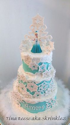 With Frozen being such a popular movie, of course it's turned into quite the party theme! We've found the easiest Frozen Themed desserts for your party! Bolo Frozen, Tarta Frozen Disney, Torte Frozen, Disney Themed Cakes, Disney Frozen Cake, Frozen Theme Cake, Disney Cakes, Frozen Fondant, Sven Frozen