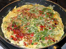 spaanse omelet Ingrediënten voor 4 personen 500 gr aardappelen (gewicht na het schillen) 200 gr chorizo, fijne sneetjes 1 ui 1 rode paprika 1 groene paprika 2 tomaten 6 el olijfolie 8 eieren, losgeklopt 2 el melk peper en zout verse kruiden (peterselie, dragon, bieslook,... à volonté) budget koken