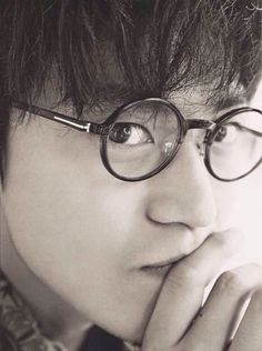 With a round glasses.So cute~❤️