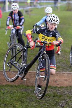 De veldrijders sluiten het seizoen op het gemakje af tijdens de Cyclocross Masters in Waregem, en dus is er ook tijd voor de familie: Sven Nys ging met zoon Thibau op pad en gaf zijn opvolger ongetwijfeld enkele cruciale tips.