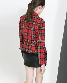 Los cuadros escoceses o tartán son una de las tendencias de la temporada. ¡Apuesta por un blazer de este estilo!