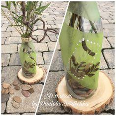 Viel zu schade zum Wegwerfen, lieber eine hübsche Vase kreieren. Dieses Mal kamen folgende Gonis Produkte zum Einsatz: DecoFrost pur und mit GoniDecor eingefärbt. Selbstklebende Schablone und Dekopointer. Mit GoniColl Kleber wurde das Band am Flaschenverschluss geklebt. Noch ein paar hübsche Steine und Pflanzen und fertig ist das Dekostück. Viel Freude beim Nachmachen 😊🤗
