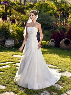 Bucarest, collection de robes de mariée - Point Mariage http://www.pointmariage.com/