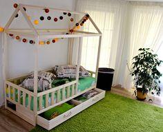 Kleinkind-Bett-Haus ist aus Holz Bett für Ihre Kinder spielen und schlafen. Bett ist konzipiert nach Montessori Spielzeug Prinzipien der Unabhängigkeit. Der unerwartete Vorteil ein Stock-Bett ist des Kindes viel Bewegungsfreiheit. Holzhaus Bett besteht aus Espe. Aspen ist sehr stark