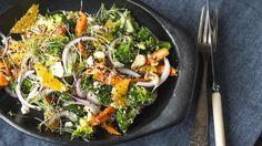 Dette er en knallgod middagssalat med bakte gulrøtter, brokkoli og frisk appelsin. Cashewnøtter gir retten litt krønsj og quinoa gjør den mer mettende. Du kan også toppe salaten med grilletkylling eller dampet eller stekt laks også.