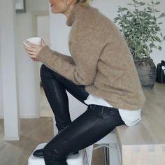 Calça preta Camisa branca Blusão bege Bota preta