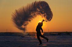 Heißkalt  (25.01.2018)       Ein Mann schleudert im chinesichen Beitun eine...