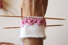 kukkaraita eli venäläinen pitsikukka Tutoril in Finnish Knitted Mittens Pattern, Knit Mittens, Knitted Blankets, Knitting Socks, Baby Knitting, Knitting Videos, Knitting Charts, Knitting Stitches, Knitting Patterns