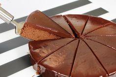 Kolay çikolata soslu kek tarifi nasıl hazırlanır?Süper lezzetli,denenmiş çikolata soslu kek tarifi için sayfayı ziyaret edebilirsiniz. Kek tarifi,çikolatalı