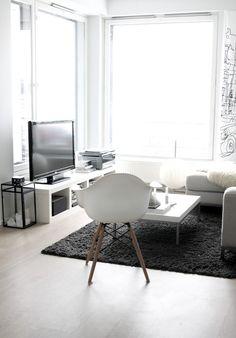 Meidän uusi olohuoneemme. Sohvanurkkaus on kuin pieni pesä, josta on esteetön näkymä merelle. Kolmesta suuresta ikkunasta. Silti se on oiva paikka käpertyä ja tuntea olonsa turvallise…