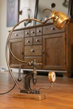 Création d'une lampe récup unique avec une ancienne presse de bourrelier et un phare de vélo Ducellier