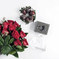Chocolate covered strawberries anyone? 😆🍓🍓 had a blast shooting this exclusive Valentine's Day gift set for @pusaterisfoods 🌹 featuring a lovely handcrafted jewelry box by Michael Aram. Needless to say, it had everybody talking and raising eyebrows when they came home to dozens of roses all over my living room and chocolate covered strawberries everywhere 🙈. FYI, when dissecting a bouquet of flowers and then styling it in a flat lay - scotch tape is your best friend. 💁🏻 #protip