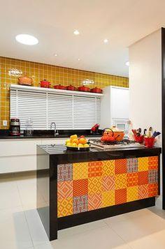 Com cores divertidas e os ladrilhos hidráulicos na bancada, esta cozinha é convidativa e clean