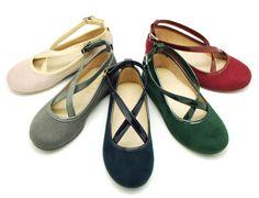 Tienda online de calzado infantil Okaaspain. Diseño y Calidad al mejor precio fabricado en España. Mercedita en serratex con hebilla y cintas cruzadas en charol para niñas. Envíos gratis en 24,48 horas laborables.