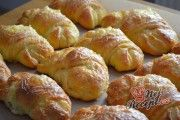 Recept Sýrové croissanty Sausage, Potatoes, Bread, Chicken, Vegetables, Food, Fiestas, Author, Grated Cheese